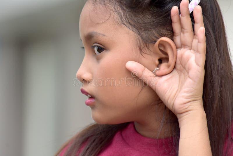 dziewczyny piękny słuchanie obraz stock