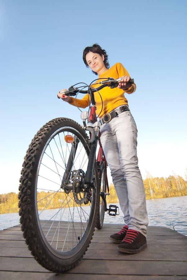 Download Dziewczyny Piękna Rowerowa Jazda Zdjęcie Stock - Obraz złożonej z horyzontalny, brunetka: 13338832