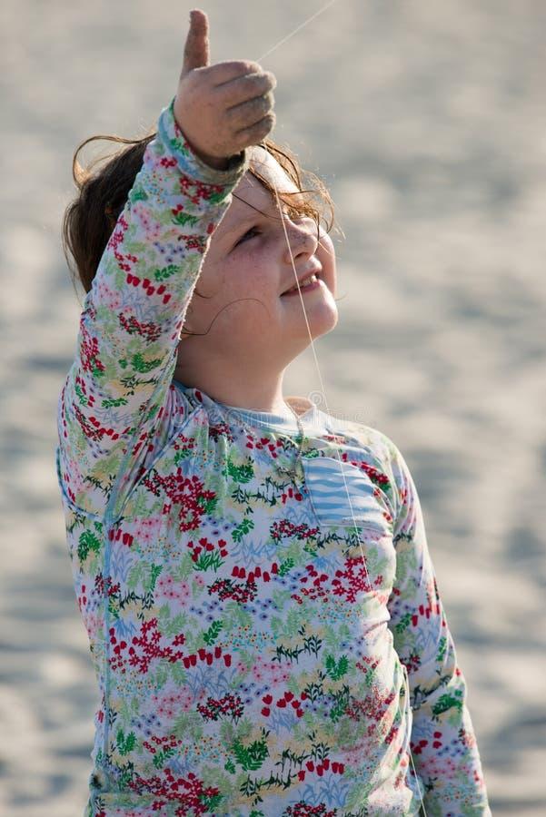 dziewczyny plażowej latawiec uśmiechnięci young zdjęcie stock