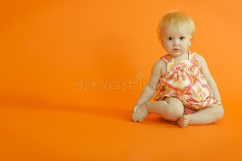 dziewczyny podłogowej siedzi młody zdjęcia stock