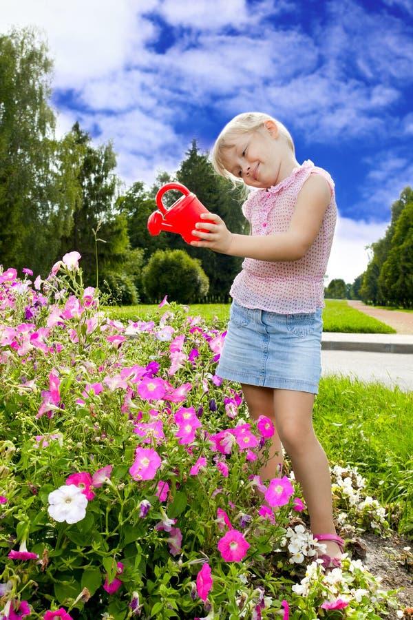 Dziewczyny podlewania kwiaty zdjęcie stock