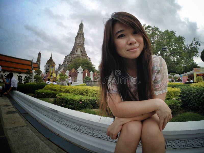 Dziewczyny podróż w Thailand świątyni zdjęcia royalty free