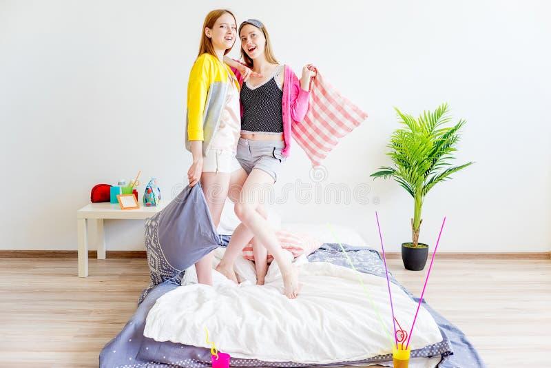 Dziewczyny poduszki bój zdjęcia royalty free