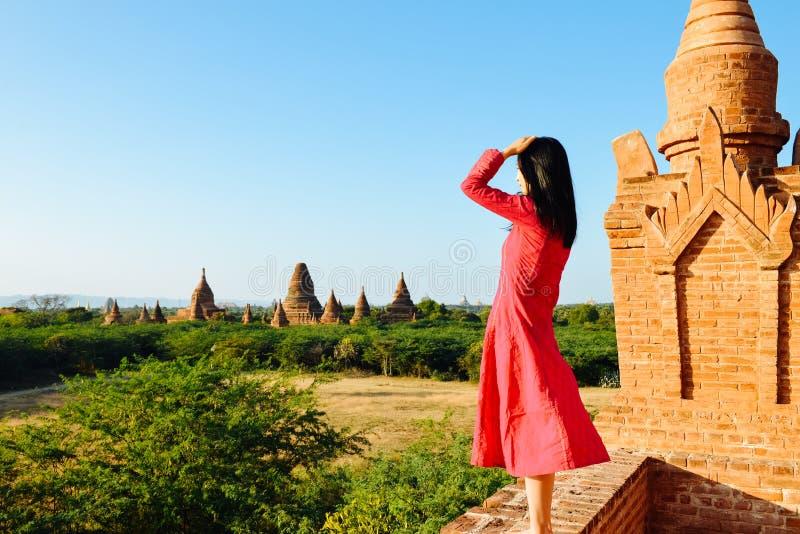 Dziewczyny pozycja na Myanmar pagodzie, patrzeje daleko od zdjęcie stock