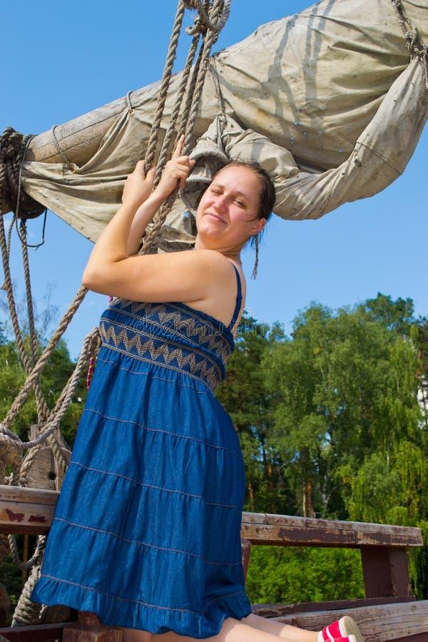 Dziewczyny pozycja na statku obrazy royalty free