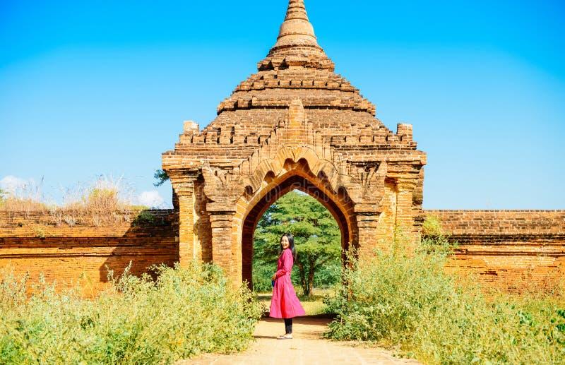 Dziewczyny pozycja przy drzwi Myanmar pagodowa ruina zdjęcie royalty free