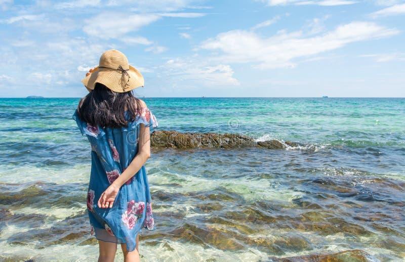 Dziewczyny pozycja w morzu jest ubranym błękit suknię obrazy stock