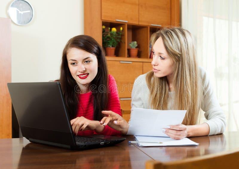 Dziewczyny pracuje z dokumentami i laptopem zdjęcia royalty free