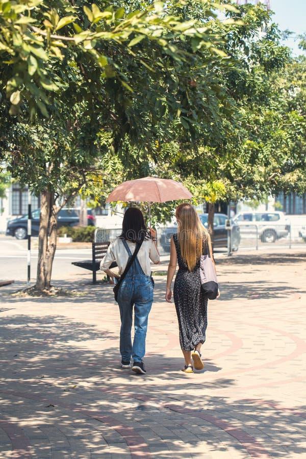 Dziewczyny przespacerowanie pod parasolem fotografia royalty free