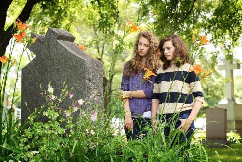 Dziewczyny przy cmentarzem zdjęcie stock