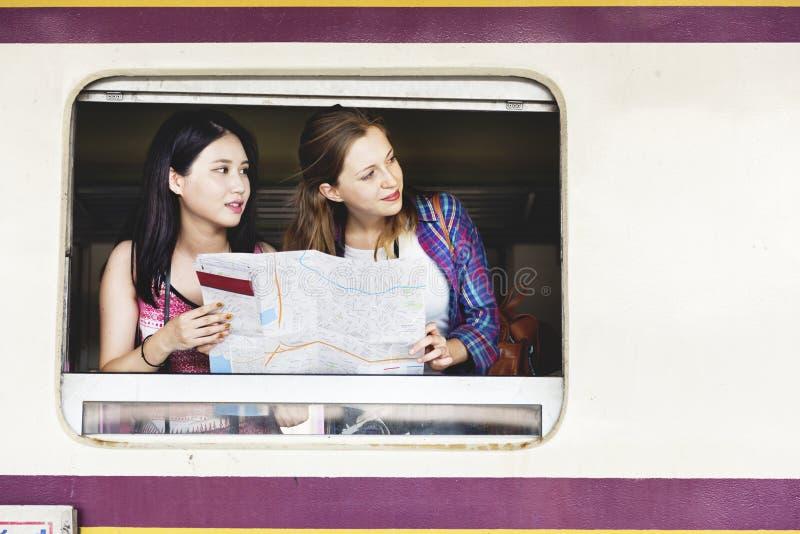 Dziewczyny przyjaźni meliny mapy Podróżny Wakacyjny pojęcie obrazy royalty free