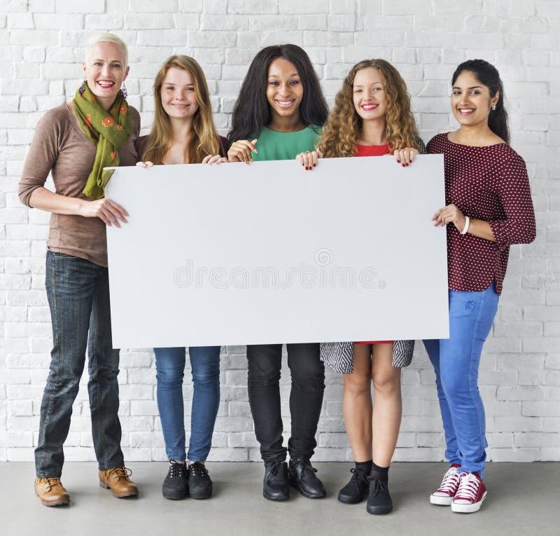 Dziewczyny przyjaźni więzi kopii przestrzeni sztandaru pojęcie fotografia royalty free