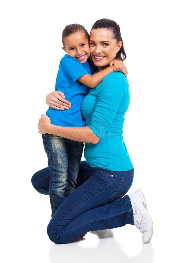 Dziewczyny przytulenia matka zdjęcie royalty free