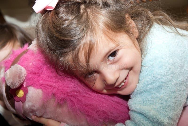 dziewczyny przytulenie faszerujący zabawkarscy potomstwa zdjęcia stock
