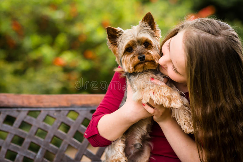 Dziewczyny przytulenie z jej psem zdjęcia stock