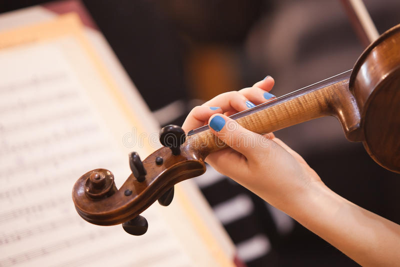 Dziewczyny ręka na fingerboard skrzypce zdjęcia royalty free