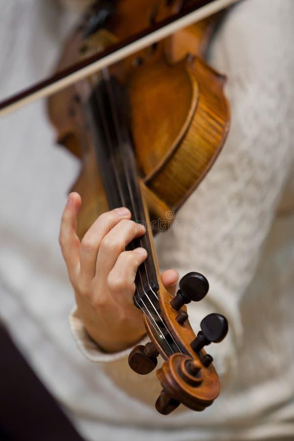 Dziewczyny ręka na sznurkach skrzypce zdjęcie royalty free