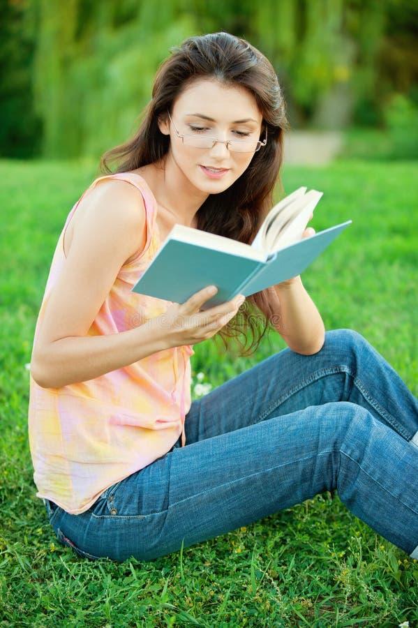 dziewczyny read ucznia podręcznik obrazy royalty free