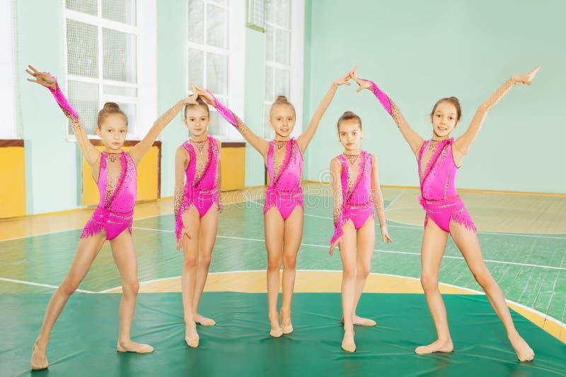 Dziewczyny robi rytmicznym gimnastykom w sport sala obrazy stock
