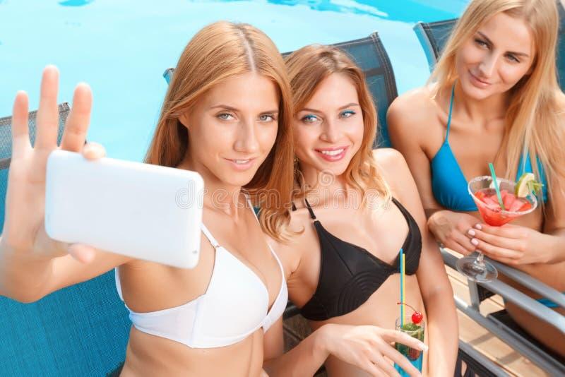 Download Dziewczyny Robi Selfie Przy Basenem Obraz Stock - Obraz złożonej z dosyć, leisure: 57668157