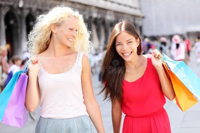 Dziewczyny robi zakupy - kobieta kupujący z torbami, Wenecja zdjęcia royalty free