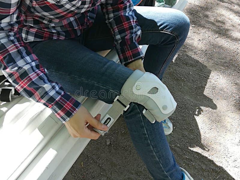 Dziewczyny rolkowa ?y?wiarka z zbawczym wyposa?eniem - kolana i ?okcia ochraniacze zdjęcie stock