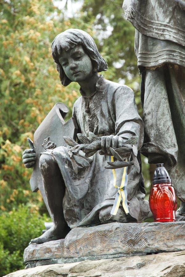Dziewczyny rzeźba i świeczka pamięć Lychakovsky cmentarz, Lviv obrazy stock