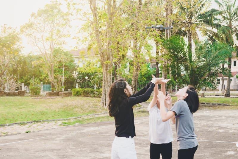 Dziewczyny są cieszą się bawić się kontrolnego latającego trutnia fotografia royalty free