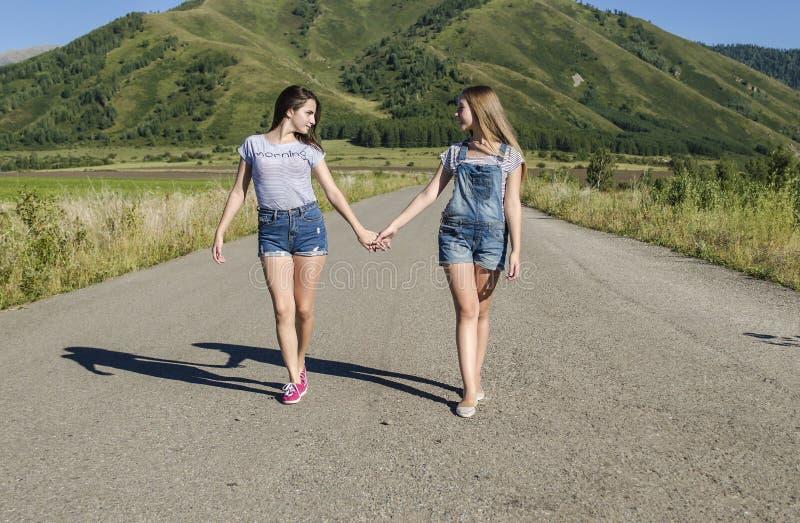 Dziewczyny są na drodze dla ręk obrazy stock