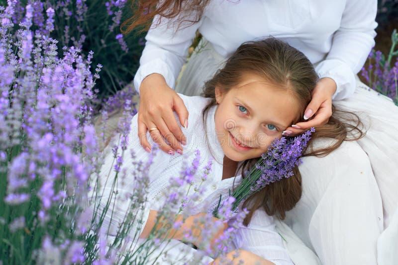Dziewczyny s? w lawendowym kwiatu polu, pi?kny lato krajobraz obrazy stock