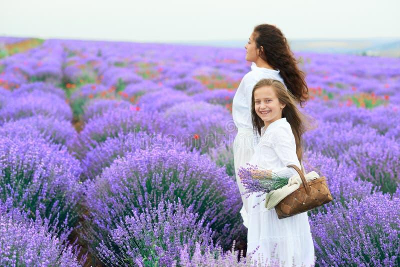 Dziewczyny s? w lawendowym kwiatu polu, pi?kny lato krajobraz zdjęcie royalty free