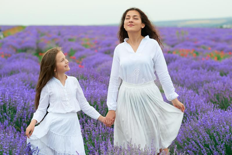 Dziewczyny s? w lawendowym kwiatu polu, pi?kny lato krajobraz obraz royalty free