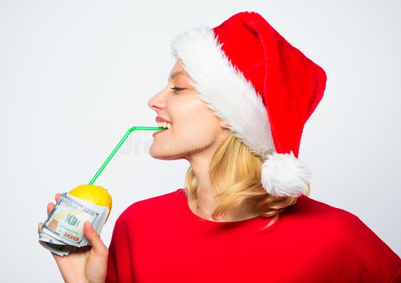 Dziewczyny Santa napoju soku kapeluszowa cytryna zawijał dolarowego banknot Bogata dziewczyna z cytryną i pieniądze Kobiety cytry zdjęcia royalty free