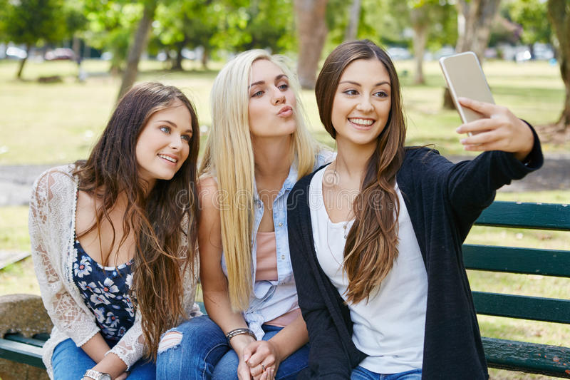 Dziewczyny selfie telefon fotografia stock