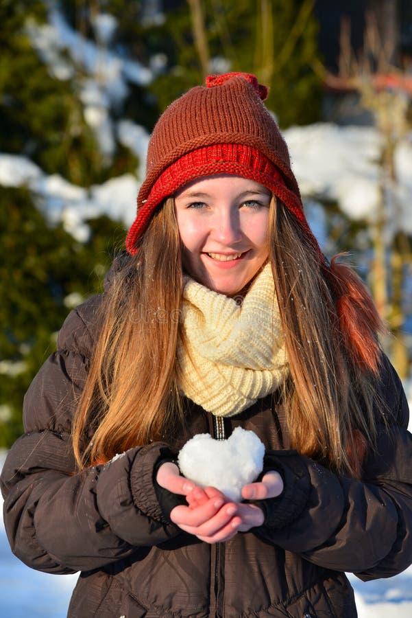 Dziewczyny serce śnieg obraz royalty free