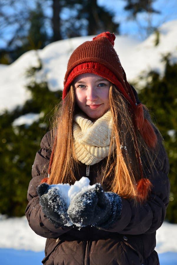 Dziewczyny serce śnieg zdjęcia royalty free