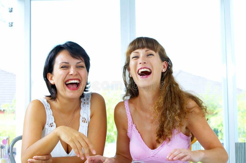 dziewczyny się śmiać obrazy stock