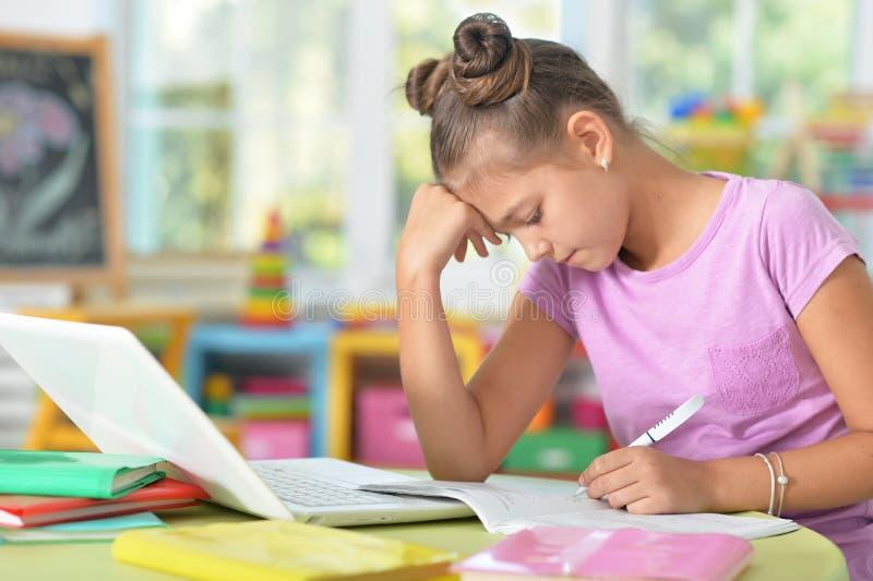 dziewczyny się trochę jej praca domowa zdjęcia stock