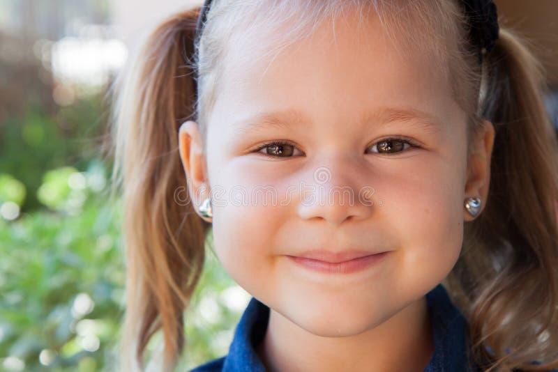 dziewczyny smilling szczęśliwy mały zdjęcie royalty free