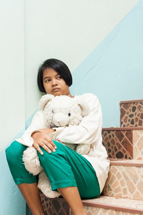 Dziewczyny smutny siedzący przy schody samotnie fotografia stock