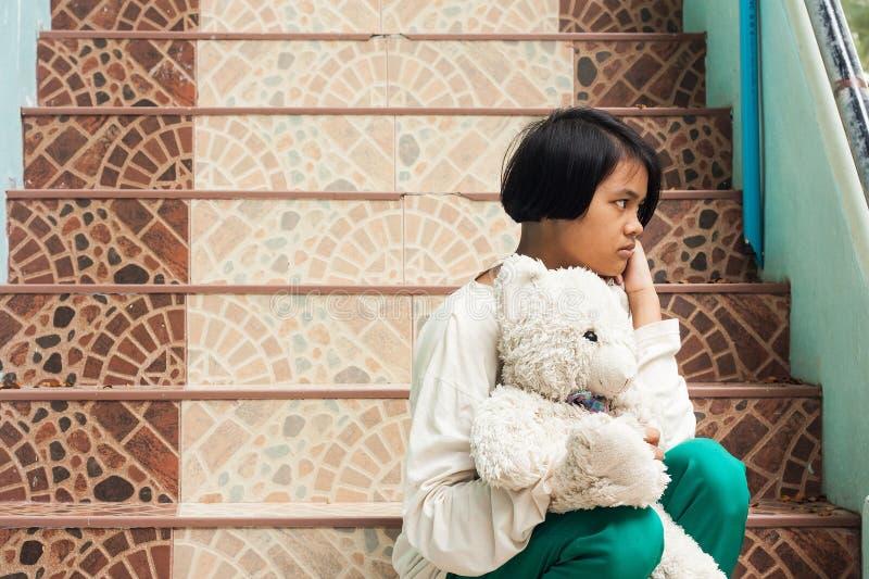Dziewczyny smutny siedzący przy schody w parku samotnie zdjęcia royalty free