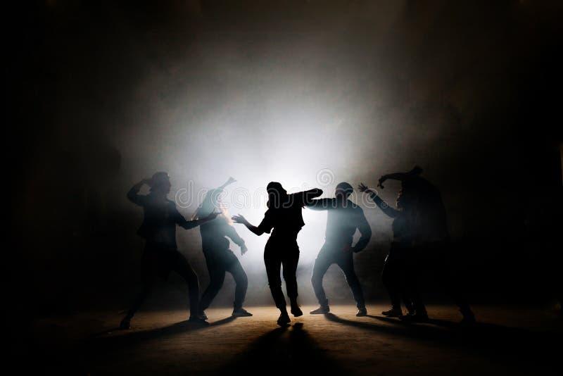 Dziewczyny spełniania solo przed jej przyjaciółmi na scenie obrazy royalty free