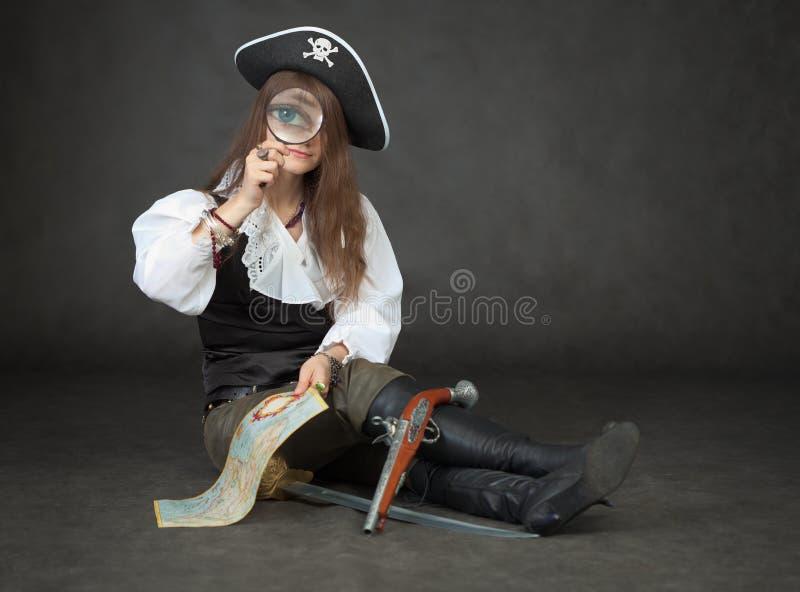 dziewczyny spojrzeń magnifier pirat zdjęcia stock