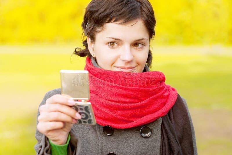 Download Dziewczyny Spojrzeń Lustrzany Czerwony Szalik Obraz Stock - Obraz złożonej z cosmetologist, odzwierciedlający: 13338857
