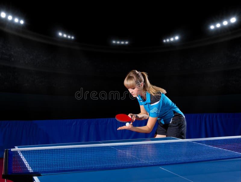 Dziewczyny stołowy gracz w tenisa przy sport sala obrazy stock