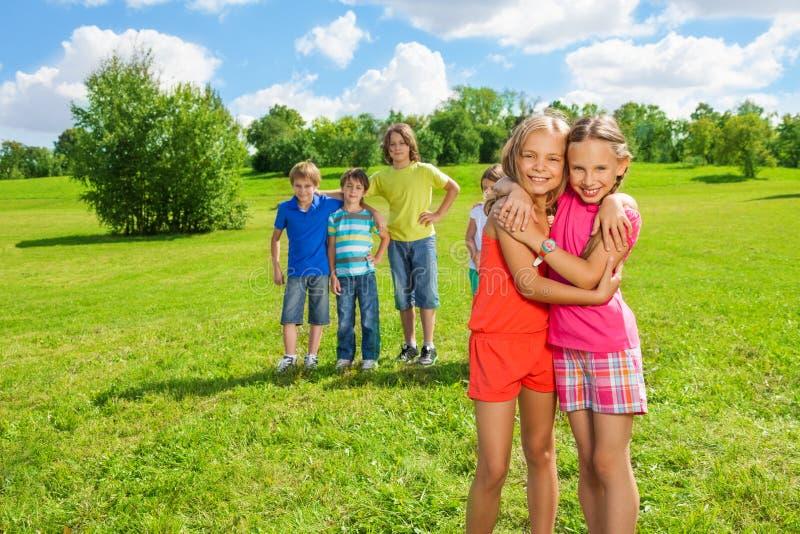 Dziewczyny stoi w parkowym przytuleniu zdjęcia stock