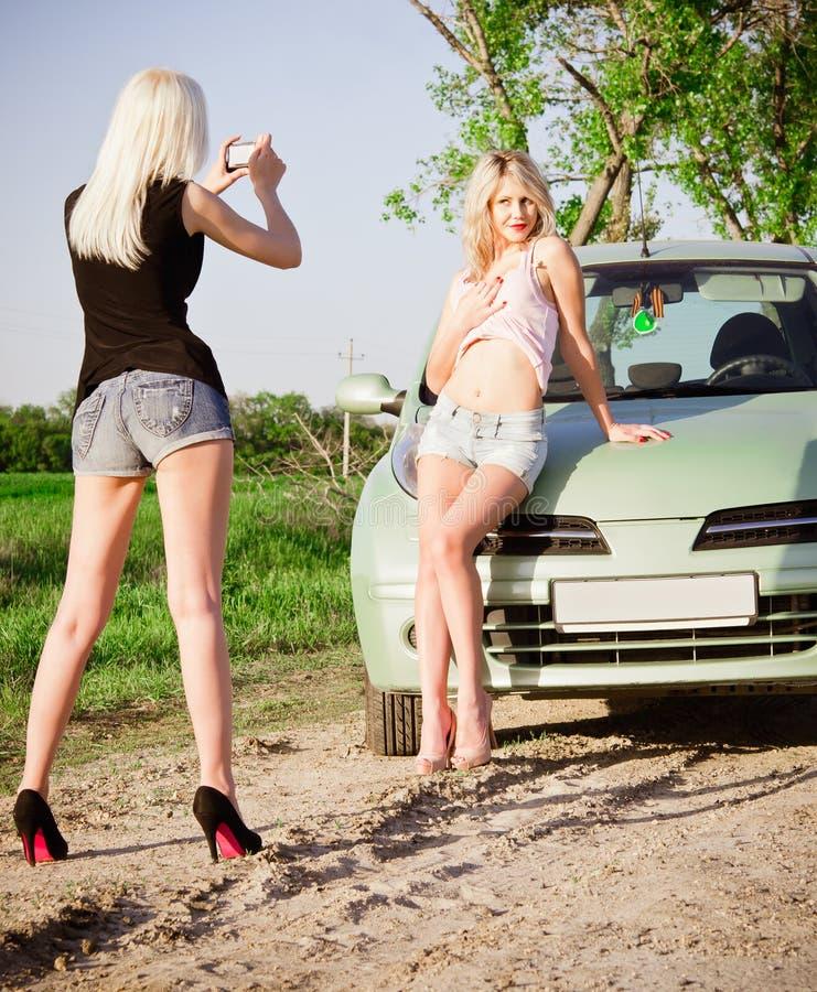 Dziewczyny strzela blisko samochodu obrazy royalty free