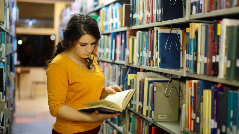 Dziewczyny studiowanie w bibliotece zdjęcia royalty free