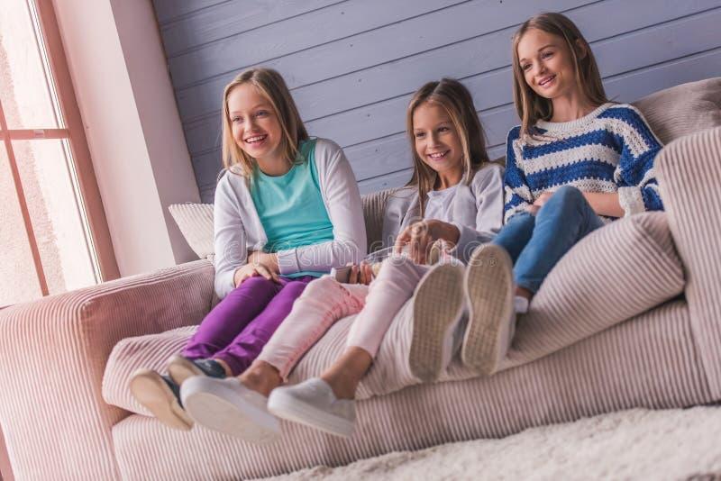 dziewczyny stwarzać ognisko domowe nastoletniego zdjęcia stock