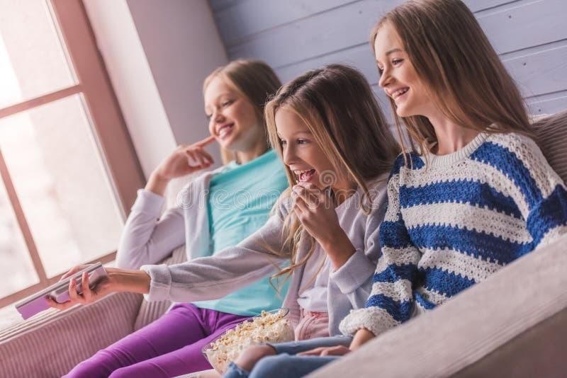 dziewczyny stwarzać ognisko domowe nastoletniego obraz stock